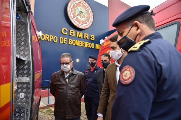 O Governador do Estado, Eduardo Leite, realizou a entrega de cinco viaturas do tipo resgate ao CBMRS